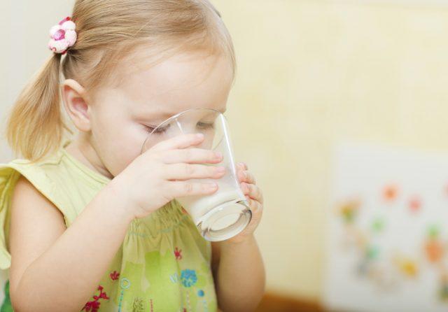 Hình ảnh: Pha men vi sinh vào cháo, sữa,... sẽ làm mất đi một lượng lớn lợi khuẩn