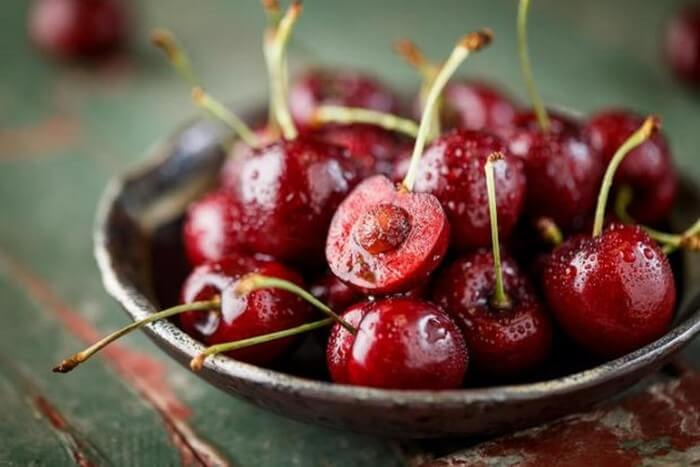 Khi trẻ sơ sinh bị tiêu chảy mẹ không nên ăn đồ ngọt, trái cây nhiều đường